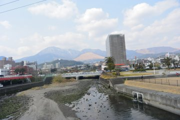 도시 반대편의 산맥
