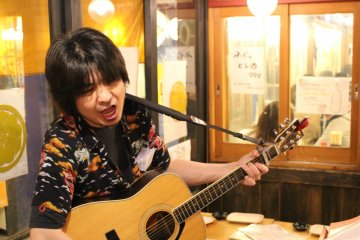This performer drops into each izakaya and plays songs on request