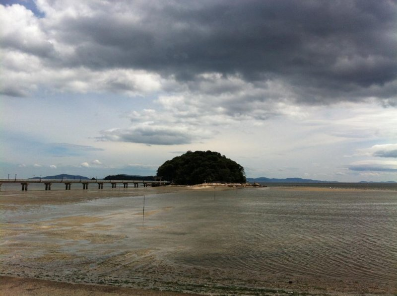ทะเคะชิมะตั้งอยู่ไม่ไกลจากอิชิ เป็นสถานที่ที่น่ามาเดินลุยน้ำเล่นริมหาด
