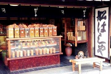 <p>A giant Tanuki, Shigaraki style, welcomes you to this family store near Sanjo&nbsp;station</p>