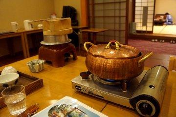 <p>저녁 요리 코스 중 하나인 샤브샤브와, 멀리 놓인 통은 양념밥이에요.</p>