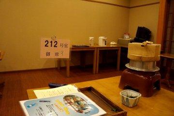 <p>미리 얘기해둔 식사 시간에 맞춰 내려가면, 자기 방 번호가 적혀있는 테이블에 음식이 미리 세팅되어 있어요.</p>