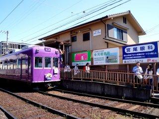 가는 길에 철도도 있어요. 보라색 기차가 인상적이였다는...