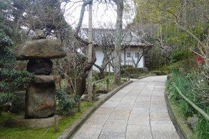 ทางเดินผ่านสวนญี่ปุ่นเล็กๆ