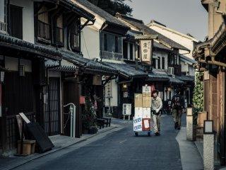 Les rues comme celle-ci sont nombreuses autour du quartier historique, elles donnent un aperçu aux visiteurs du Japon d'il y a quelques siècles. Mais vous croiserez également des livreurs modernes comme ici