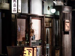 Si de nombreuses boutiques ferment à la nuit tombée, d'autres sont ouvertes jusque tard dans la soirée
