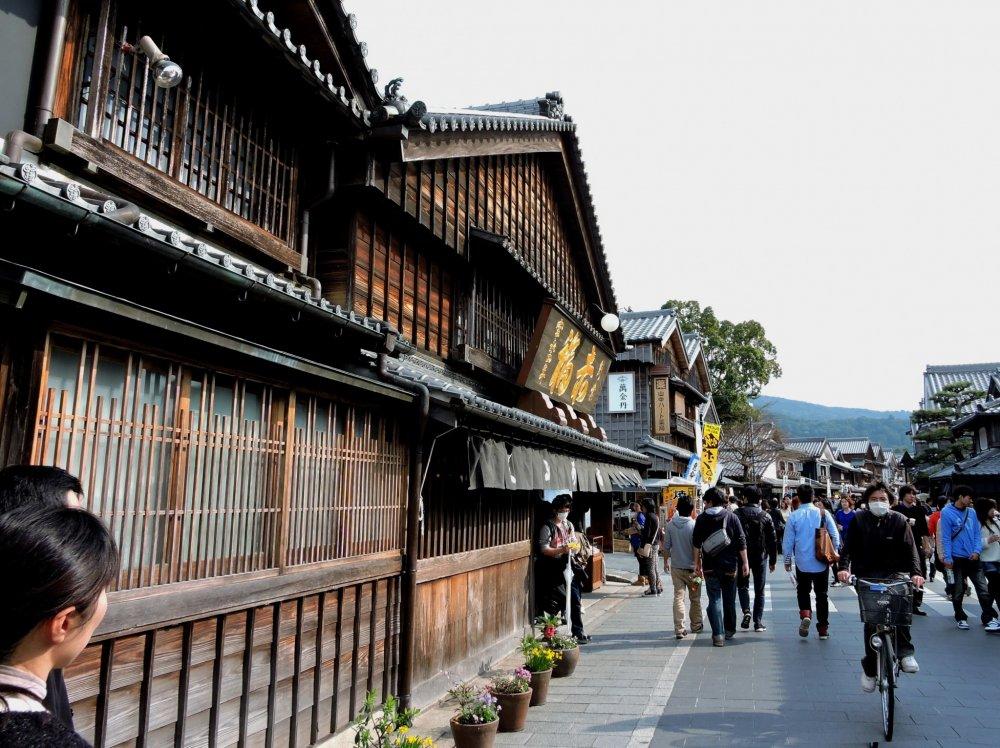 아카후쿠가 지은 오래된 오카게 요코쵸 거리