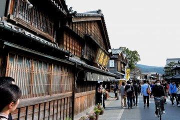 <p>Старомодная улица Окагэ Йокотё, построенная около Акафуку</p>