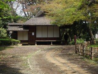 Kebun di dalam museum memiliki 6 kedai teh