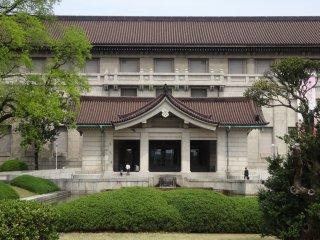 Kebun ini terletak di belakang bangunan utama Museum Nasional Tokyo