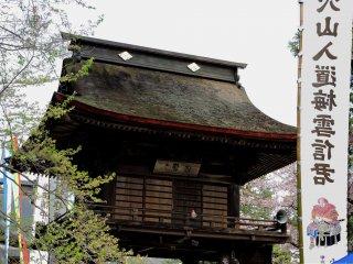 Lantai dua dan bagian atap Gerbang Sanmon