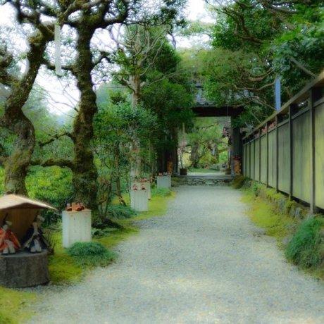 Jalan boneka di desa Sakamoto