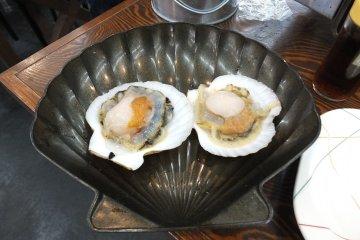 <p>หอยเชลล์ก่อนปิ้ง ตัวใหญ่มากๆ</p>
