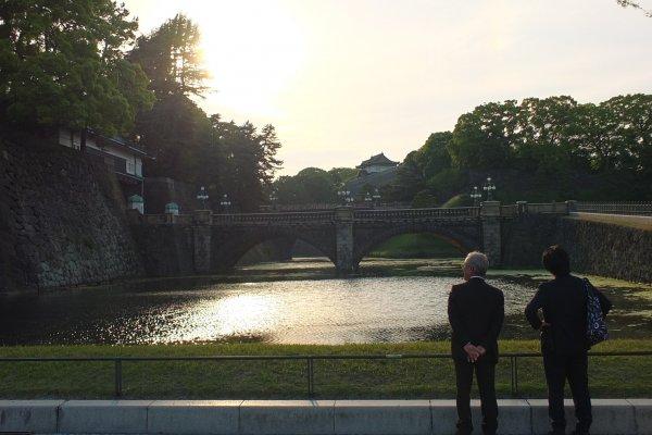 สะพานนิจูบาชิหรือสะพานแว่นตาในยามเย็นที่มองเห็นไม่เป็นแว่นตา