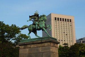 อนุสาวรีย์Kusunoki Masashige ซามูไรและขุนนางคนสำคัญในยุคคามาคุระ (ศตวรรษที่ 14)