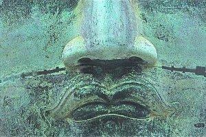 写真3:大仏の口ひげから救いの光が放たれる