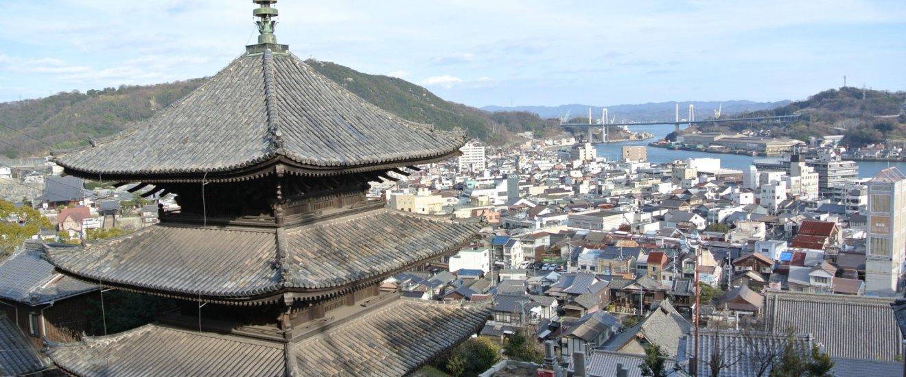 走在古寺遊路線時,經過天寧寺的三重塔,在江戶時期經過改建,現為日本重要文化財。