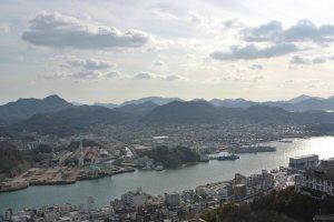 區分開尾道和宮島等地的尾道水道,連接著瀨戶內和更遠的四國等地。從山上看,立刻明白日本島國如何與山和海密不可分。