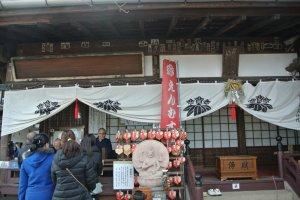新年其間香火鼎盛,千光寺的和尚們都在忙著賣保佑飾物於善眾。
