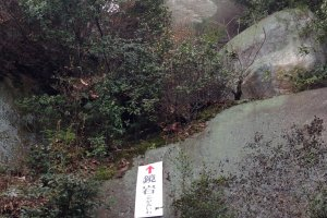 千光寺正殿後的大石「鏡岩」,相傳以前放滿珠寶,閃閃發光而為海上船隻的指示方向。
