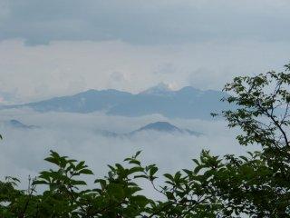 안개에 둘러싸인 아름다운 산맥