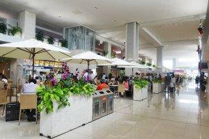 Bandara ini menawarkan fasilitas bersantap dan berbelanja yang sangat baik untuk terminal yang terbilang kecil