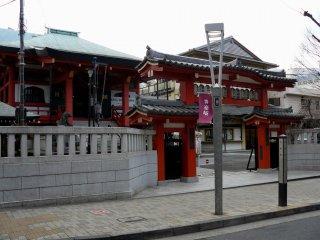 Магазин расположен недалеко от буддистского храма Зенкоку-дзи