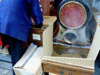 Работник магазина перекладывает готовые листья в коробку