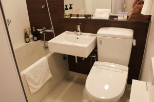 Bela casa-de-banho com banheira e um poderoso chuveiro