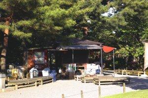 Một tòa nhà nhỏ trong khuôn viên vườn bán đồ ăn vặt và nước giải khát
