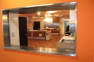 清潔でモダンな広いキッチン。ここでは宿泊客が自炊できる。