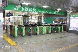 ホテルから徒歩5分のJR淵野辺駅。東京へのアクセスは抜群だ。
