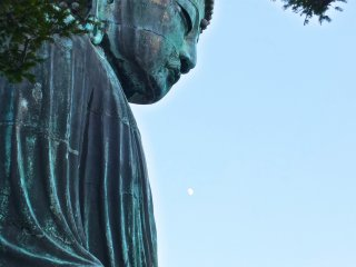 Notice the moon sitting just in front of Daibutsu's lower chest