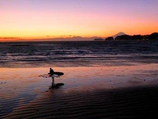 富士山と美しいサンセット、そして家路に着く一人ぼっちのサーファー