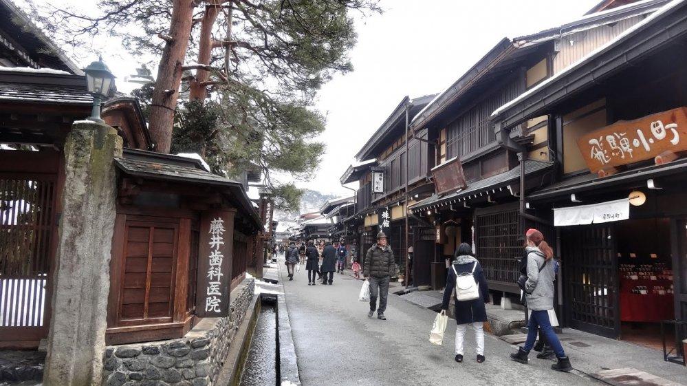 เมืองเก่าของทะคะยะมะ ซึ่งมีถนน บ้านเรือน และสิ่งก่อสร้างอื่นๆ ตั้งแต่สมัยเอโดะ