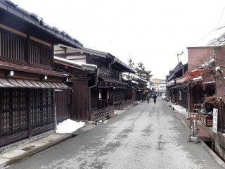 ถนนอีกสายหนึ่งจะมีบ้านเรือนที่อยู่อาศัยเป็นส่วนใหญ่ ทำให้เงียบสงบกว่า ถนนสายอื่น