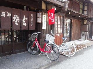 ทะคะยะมะ เป็นเมืองจักรยาน แม้อากาศหนาวเย็นผู้คนที่นี่ก็ยังปั่นจักรยานกัน