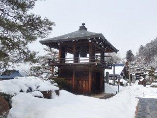 หอระฆังของวัดในกลุ่มวัดและศาลเจ้าฮิกะชิยะมะ (Higashiyama) ถูกแต่งแต้มด้วยหิมะ