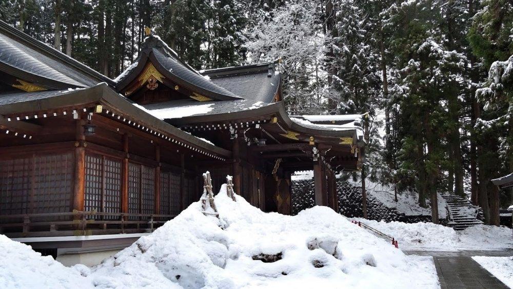 ศาลเจ้าซากุระยะมะ ฮะชิมัน-กุ มีอาคารหลักที่สร้างด้วยสนญี่ปุ่น รายล้อมไปด้วยป่าสนอันงดงาม