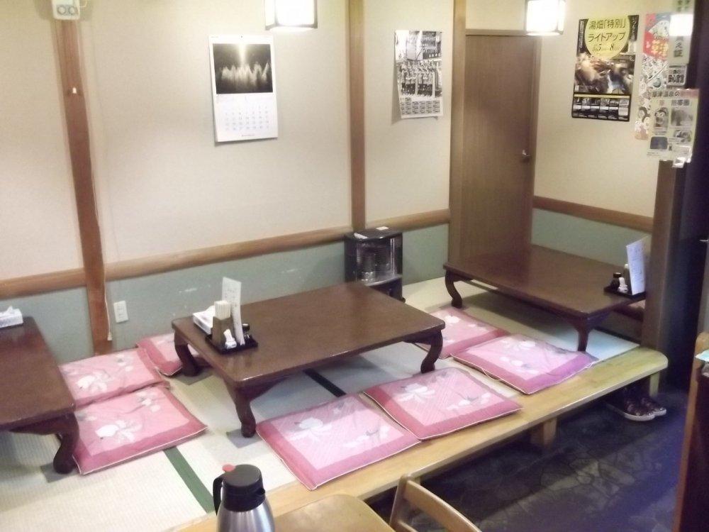 Zona de tatamis en donde se puede disfrutar de la comida al estilo Japonés