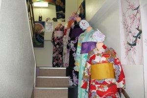 Kostum Yukata yang bercahaya menghiasi tangga