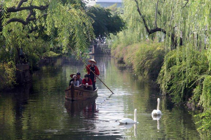 강을 따라 배를 타는 것은 미관 지역을 구경하는 좋은 방법이다