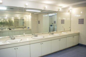 <p>宽阔又整洁的洗手间。</p>