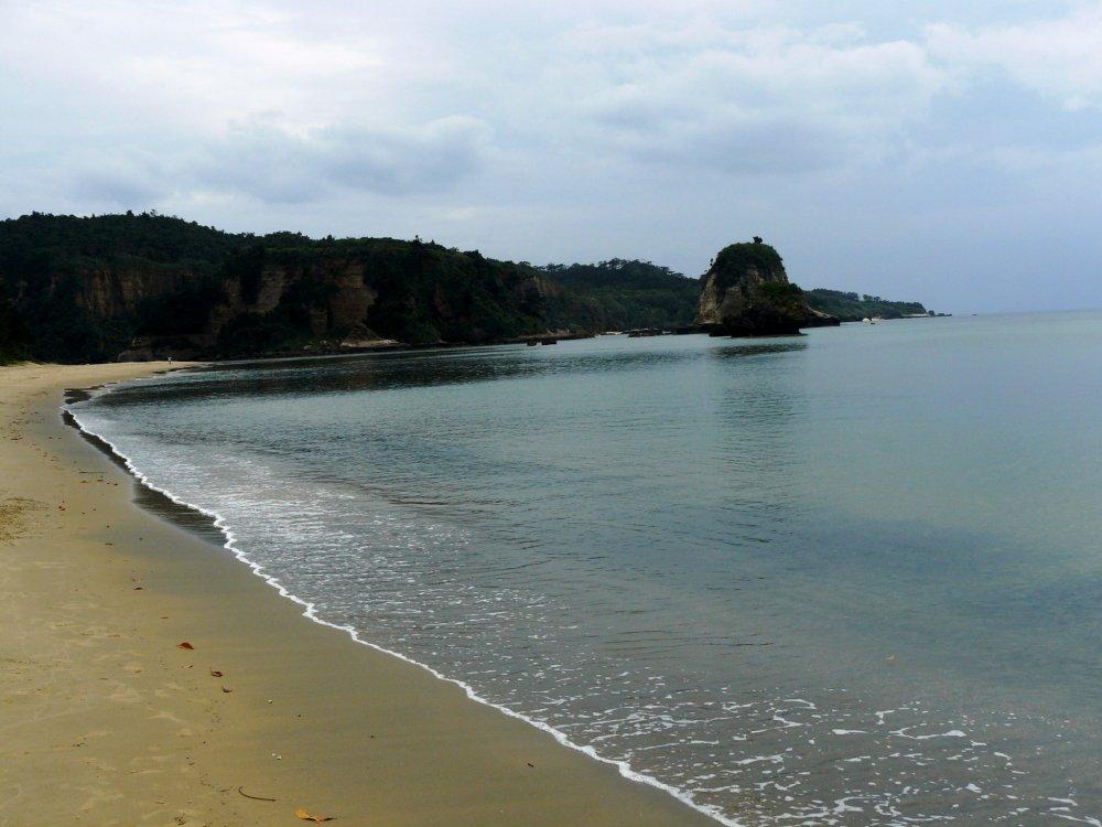 Если долго идти по пляжу, можно увидеть реку