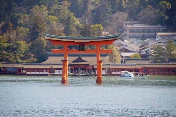 海上から見た大鳥居と厳島神社