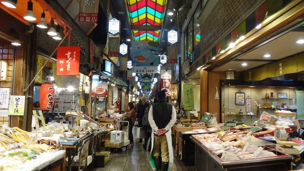 แม้สภาพอากาศนอกตลาดจะมืดมิด ฉ่ำไปด้วยหยาดฝน ในตลาดยังคึกคัก