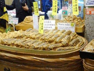 Nara Zuke แตงหรือฟักชนิดหนึ่งดองด้วยคะซุซุเกะ (kasuzuke) คือส่วนผสมที่เหลือจากการทำเหล้าสาเก