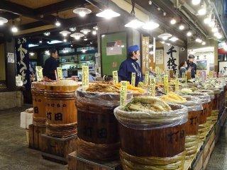 ร้านขายผักดอง ร้านนี้ใหญ่ที่สุดในตลาด