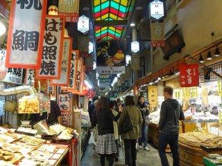 ตลาดนิชิกิ (Nishiki) เป็นตลาดเก่าแก่สุดฮิตของเมืองเกียวโต