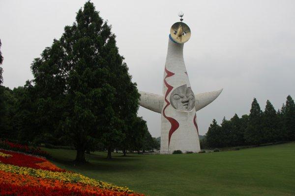 La Sun Rower, statue de grande envergure, trône à l'entrée du Banpaku Koen